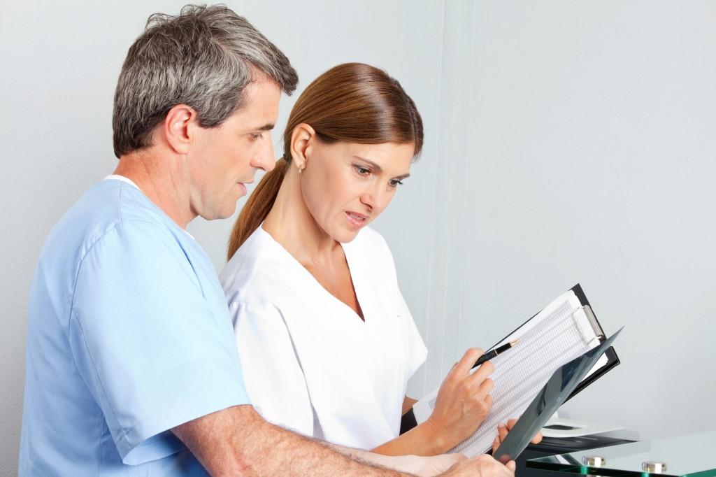 Ärzte besprechen Befund